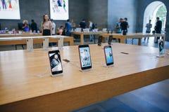 El iPhone 8 y el SE del iPhone se exhibe y se vende en Apple Store oficial fotos de archivo
