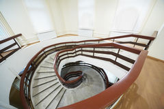 El ir abajo de escalera espiral Foto de archivo libre de regalías