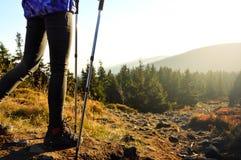 El ir abajo de un rastro de montaña en la puesta del sol Fotos de archivo libres de regalías