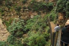 El ir abajo a las cuevas notables en montaña tropical Imagen de archivo