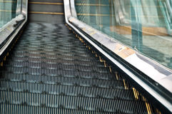 El ir abajo por la escalera móvil Imagen de archivo libre de regalías