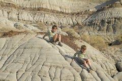 El ir de excursión de dos niños pequeños fotografía de archivo libre de regalías