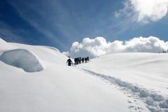 El ir de excursión de la montaña del invierno Imagen de archivo libre de regalías