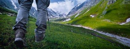 El ir de excursión en las montañas imagenes de archivo