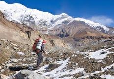 El ir de excursión en las montañas de Himalaya Imagenes de archivo