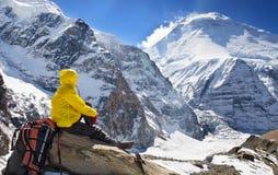 El ir de excursión en las montañas de Himalaya Foto de archivo