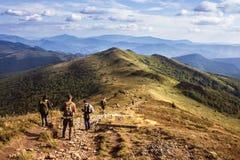 El ir de excursión en montañas Foto de archivo libre de regalías
