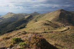 El ir de excursión en montañas Imágenes de archivo libres de regalías
