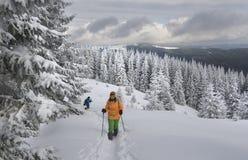 El ir de excursión en montañas del invierno Imagen de archivo libre de regalías