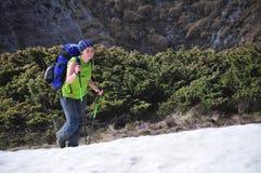 El ir de excursión en nieve Foto de archivo libre de regalías