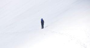 El ir de excursión en nieve Fotos de archivo libres de regalías