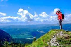 El ir de excursión de la montaña Imagenes de archivo