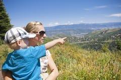 El ir en un alza de la familia en las montañas Fotografía de archivo