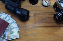 El ir en viaje de las vacaciones, en la tabla es un pasaporte con los dólares del dinero Foto de archivo libre de regalías