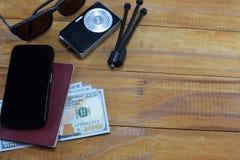 El ir en viaje de las vacaciones, en la tabla es un pasaporte con los dólares del dinero Fotos de archivo libres de regalías