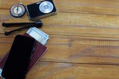 El ir en viaje de las vacaciones, en la tabla es un pasaporte con los dólares del dinero Fotografía de archivo libre de regalías