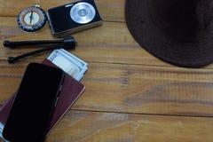 El ir en viaje de las vacaciones, en la tabla es un pasaporte con los dólares del dinero Imágenes de archivo libres de regalías