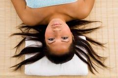 El ir femenino joven a tomar masaje en salón Fotografía de archivo