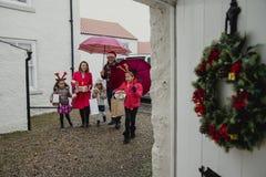 El ir a las abuelas para la Navidad Foto de archivo