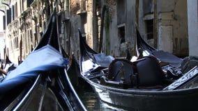 El ir a lo largo de un canal en Venecia Italia