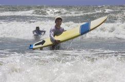 El ir a practicar surf Fotografía de archivo libre de regalías