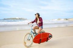El ir a practicar surf imagen de archivo libre de regalías