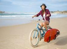 El ir a practicar surf Imagen de archivo