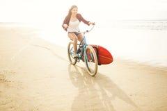 El ir a practicar surf Fotos de archivo libres de regalías