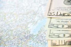 El ir a viajar Dinero, cientos dólares en mapa Ahorre el dinero en el viaje, planeando para el concepto del presupuesto Vacacione imagen de archivo libre de regalías