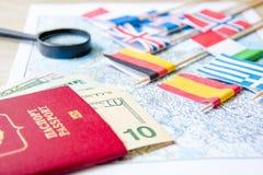 El ir a viajar Pasaporte, lupa, coche rojo del juguete y dinero en mapa Ahorre el dinero en el viaje, planeando para el concepto  Imagenes de archivo