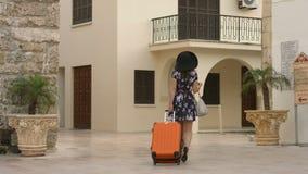El irse femenino joven hermoso para el aeropuerto, vacaciones en país exótico al extranjero metrajes