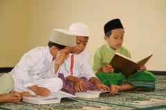 El Islam embroma la lectura de Koran fotos de archivo libres de regalías