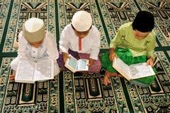 El Islam embroma la lectura de Koran foto de archivo libre de regalías