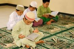 El Islam embroma la lectura de Koran fotografía de archivo libre de regalías