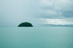 El islote en la bahía en un día lluvioso Foto de archivo