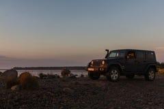 El istmo carelio, Leningrad, Rusia, el 25 de septiembre de 2016 Jeep Wrangler en el lago, Jeep Wrangler es un tracción cuatro rue Imagen de archivo