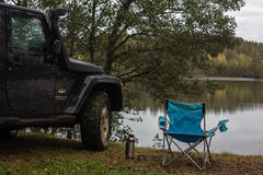 El istmo carelio, Leningrad, Rusia, el 25 de septiembre de 2016 Jeep Wrangler en el lago, Jeep Wrangler es un tracción cuatro rue Imágenes de archivo libres de regalías