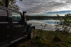 El istmo carelio, Leningrad, Rusia, el 25 de septiembre de 2016 Jeep Wrangler en el lago, Jeep Wrangler es un tracción cuatro rue Imagen de archivo libre de regalías