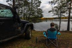 El istmo carelio, Leningrad, Rusia, el 25 de septiembre de 2016 Jeep Wrangler en el lago, Jeep Wrangler es un tracción cuatro rue Foto de archivo