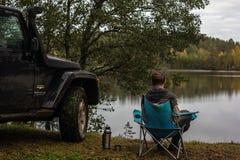 El istmo carelio, Leningrad, Rusia, el 25 de septiembre de 2016 Jeep Wrangler en el lago, Jeep Wrangler es un tracción cuatro rue Fotos de archivo