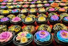 El jabón de la artesanía talló en la forma del diverso tipo de flor en caja de madera tallada Fotografía de archivo libre de regalías