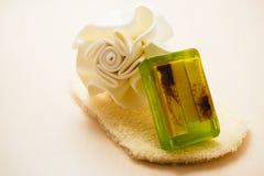 El jabón de la esponja del cuerpo del primer y friega el guante Fotografía de archivo libre de regalías