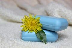 El jabón hecho a mano natural y florece un diente de león Imagenes de archivo