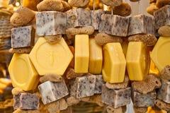El jabón natural de la miel con friega y limpia con esponja Imagen de archivo libre de regalías