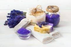 El jabón y los accesorios hechos a mano de la lavanda para el cuerpo cuidan Imagen de archivo