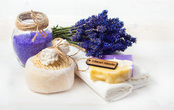 El jabón y los accesorios hechos a mano de la lavanda para el cuerpo cuidan Fotografía de archivo libre de regalías