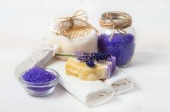 El jabón y los accesorios hechos a mano de la lavanda para el cuerpo cuidan Imagen de archivo libre de regalías