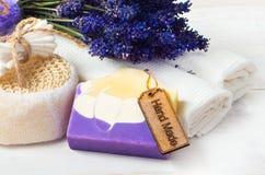 El jabón y los accesorios hechos a mano de la lavanda para el cuerpo cuidan Fotos de archivo