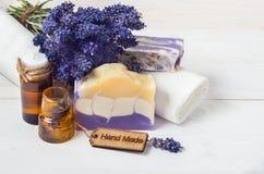 El jabón y los accesorios hechos a mano de la lavanda para el cuerpo cuidan (la lavanda, Foto de archivo libre de regalías