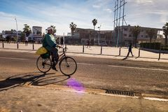 EL Jadida, Μαρόκο - 15 Ιανουαρίου 2017: οδηγώντας ποδήλατο ατόμων στο α Στοκ εικόνα με δικαίωμα ελεύθερης χρήσης